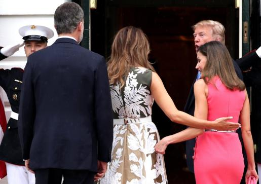 Melania Trump y la reina Letizia charlan mientras entran en la Casa Blanca.