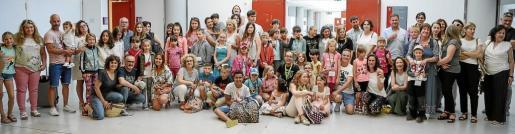 Foto de grupo de los 37 niños con sus familias de acogida, ayer por la tarde en una de las salas de la sexta planta del aeropuerto de Son Sant Joan.