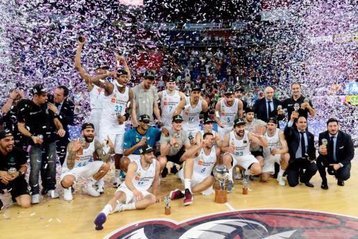 Los Jugadores y cuerpo técnico del Real Madrid celebran la consecución del titulo de Liga ACB tras derrotar al Baskonia Kirolbet en el cuarto partido del Play Off.