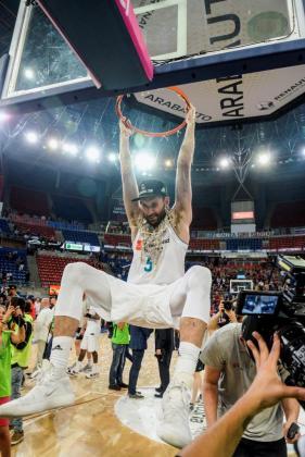 El alero del Real Madrid, Rudy Fernández, celebra la consecución del titulo de Liga ACB.