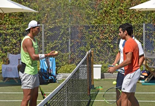 El tenista Rafa Nadal entrena junto a Jaume Munar, durante la sesión de entrenamiento esta mañana en el Club de Tenis de Santa Ponça, en Calviá.