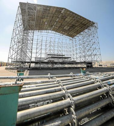 Se ultiman los detalles del montaje del escenario en son Fusteret.