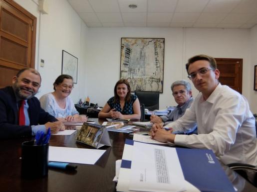 Cosme Bonet, Antònia Mercadal (Memòria de Mallorca), Mercedes Garrido, Joan Cifre, conseller de Carreteres, Marc López Expósito, secretario técnico, durante la reunión.