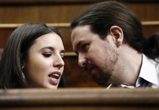El líder de Podemos, Pablo Iglesias, conversa con la nueva portavoz del partido, Irene Montero, durante una sesión de control al Gobierno.