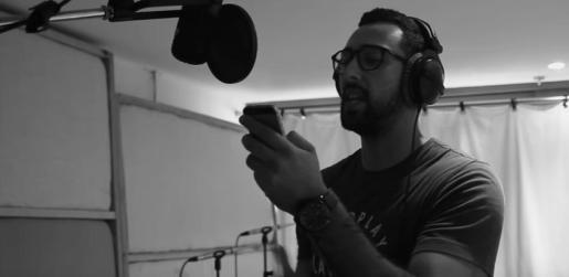 El artista mallorquín rapea en catalán sobre una base de la popular canción partisana interpretada por cinco mujeres.