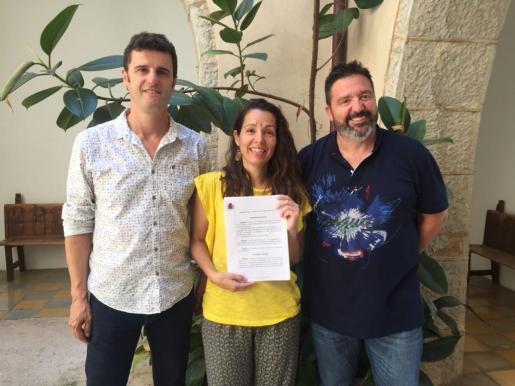 El equipo de gobierno del Ayuntamiento de Artà: Manolo Galán, Aina Comas y Tolo Gili, con la sentencia.