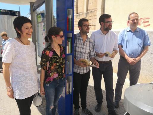 Representantes de Cort durante la presentación de las 'biblioparadas' en Palma.