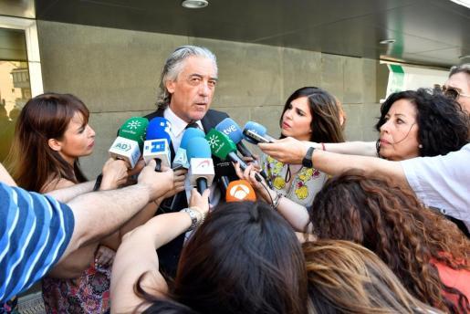 El abogado de la familia de Gabriel Cruz, Francisco Torres, a la salida de los juzgados de Almería.