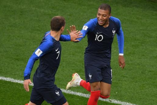 Mbappé celebra el gol que le ha dado el triunfo a su selección junto a Griezmann.
