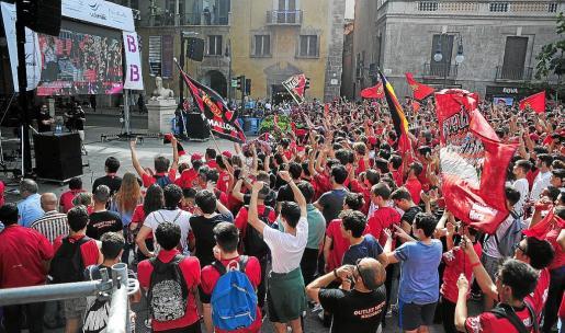 Pantalla colocada el 28 de mayo en la plaza Joan Carles I para el partido que dio el ascenso al Real Mallorca.