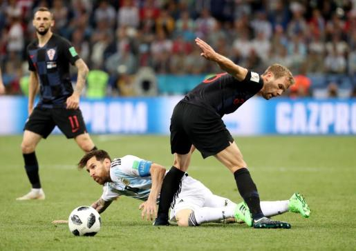 Messi cae al suelo ante Ivan Strinic.