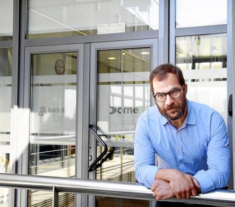 Pedro Roser, mallorquinista y aficionado al rugby, es el director de administración y recursos humanos de Dome Consulting y Hotetec. En la imagen, en su despacho del Parc Bit.