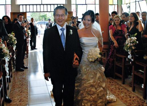 El ex presidente peruano Alberto Fujimori acompaña a su hija Sachi, antes de su matrimonio con el alemán Marc Koenig en la sede de la Dirección Especial de Operaciones de la Policía Nacional del Perú (DIROES), en Lima.