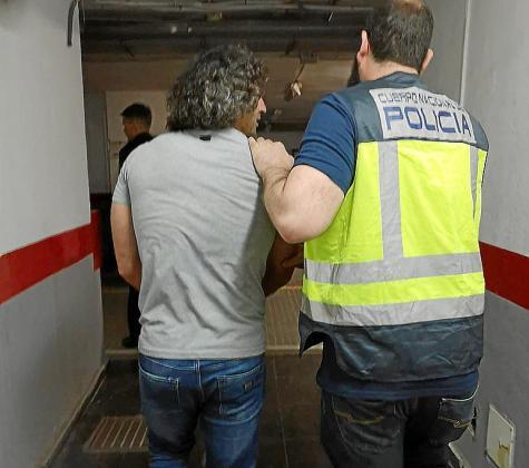 Alertados por la Interpol, los agentes de la Policía Nacional montaron el dispositivo y arrestaron al sospechoso nada más tocar tierra en la Isla.