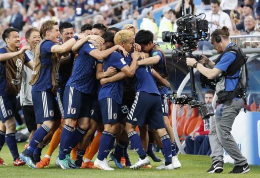 Los japoneses celebran uno de los dos tantos en su partido ante Senegal.