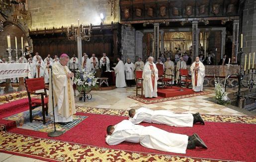 Los nuevos sacerdotes se tumban en el suelo como signo de servicio y entrega.
