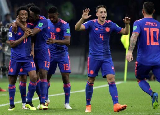 Cuadrado (celebra con sus compañeros tras marcar el 0-3 durante el partido Polonia-Colombia, del Grupo H del Mundial de Fútbol de Rusia 2018.
