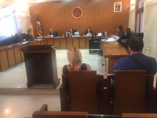 Lorenzo Jaume C. O. y a Amparo Gemma M. C., en el banquillo de los acusados.