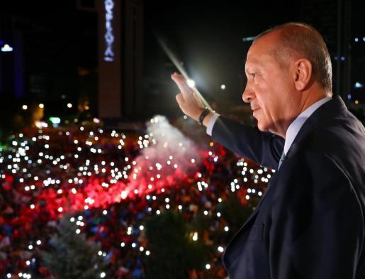 Tayyip Erdogan, saluda tras vencer en las elecciones turcas.