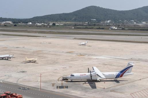 Imagen de la pista del aeropuerto de Ibiza.