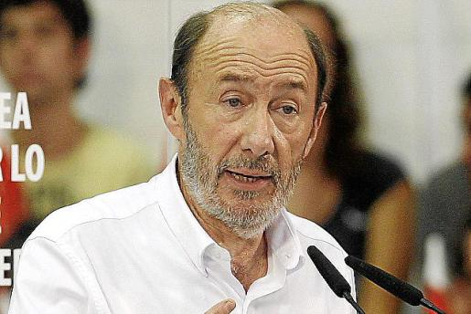 Rubalcaba se deshizo de su americana y su corbata en Murcia.