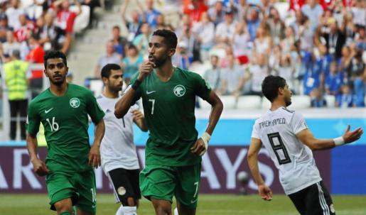 Salman Al-Faraj de Arabia Saudí celebra su gol.