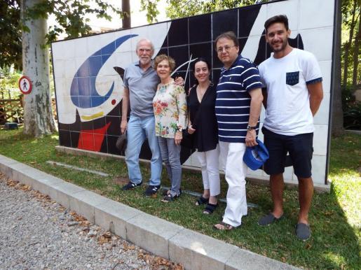 Barry Baris, el primero de la izquierda, junto con Alicia Sintes, Javier Santaolalla y sus acompañantes, frente al mural de Joan Miró en la estación de Sóller.