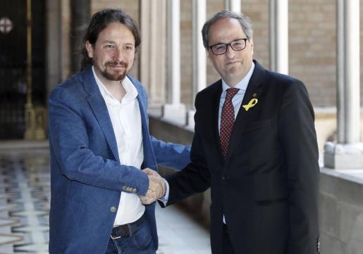 El presidente catalán, Quim Torra (d),recibe al secretario general de Podemos, Pablo Iglesias, en el Palau de la Generalitat.