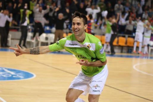 Foto de archivo de Joao celebrando un gol con la camiseta del Palma Futsal.