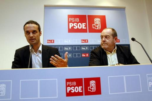 El candidato del PSIB al Congreso, Pablo Martín (izquierda), durante la presentación del programa electoral de su partido.