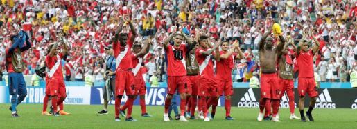 Jugadores peruanos reaccionan al final del partido Australia-Perú, del Grupo C del Mundial de Fútbol de Rusia 2018, en el Fisht de Sochi, Rusia.