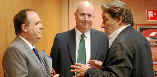 Antoni Mercant, Bartomeu Bestard y Antoni Grimalt, secretario general de la Cámara, antes del pleno del lunes.