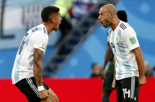 Marcos Rojo (i) y Javier Mascherano de Argentina celebranel primer gol ante Nigeria.