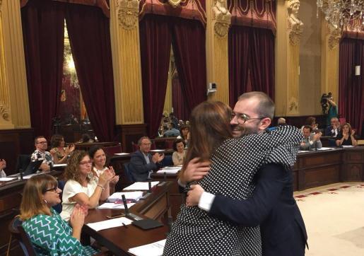 El nuevo diputado se abraza a la presidenta del Govern y líder de su partido en Baleares, Francina Armengol.