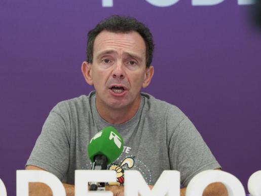 El diputado de Podemos Salvador Aguilera, durante una rueda de prensa.