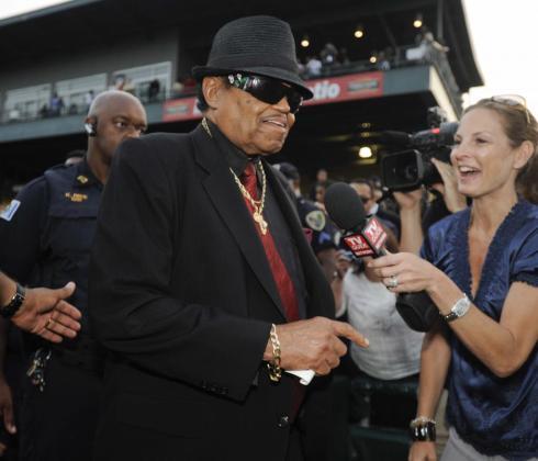 Joe Jackson, el padre de la estrella estadounidense Michael Jackson a su llegada a un homenaje en el estadio Steel Yard Stadium, en Gary, Indiana (EEUU). Michael y sus hermanos comenzaron allí sus carreras musicales en la década de los 60.