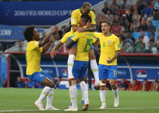 Paulinho con Neymar uno de los goles de Brasil