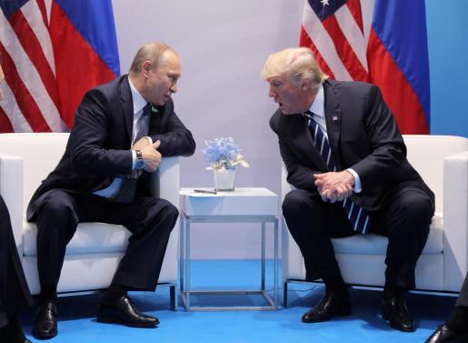 Vladímir Putin y Donald Trump durante un encuentro celebrado en Hamburgo el pasado mes de julio.