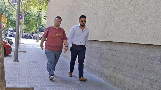 El exmonitor junto a su abogado, Eduardo Luna.