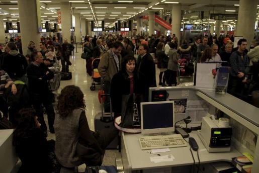 Un grupo de los controladores rechaza cualquier condena por la situación vivida tras el cierre del espacio aéreo en 2010. Imagen del caos y la paralización en el aeropuerto de Palma.