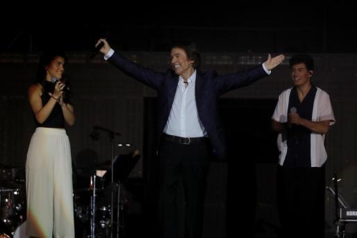 El cantante Raphael ha participado en el concierto de la gira del concurso Operación Triunfo que ha tenido lugar esta noche en el estadio Santiago Bernabéu, en Madrid. Alfred y Amaia le miran con emoción.