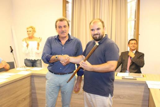 Antoni Frontera, de Arrelam, cogió la vara de poder de manos del portavoz del PI-Independents, Joan Sastre.