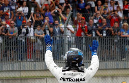 El piloto de Mercedes Valtteri Bottas celebra su 'pole' en el Gran Premio de Austria de Fórmula 1.