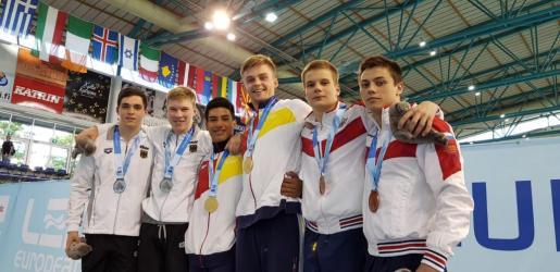 Adrián Abadía y Matthew Wade, en el centro de la imagen con sus medallas de oro.