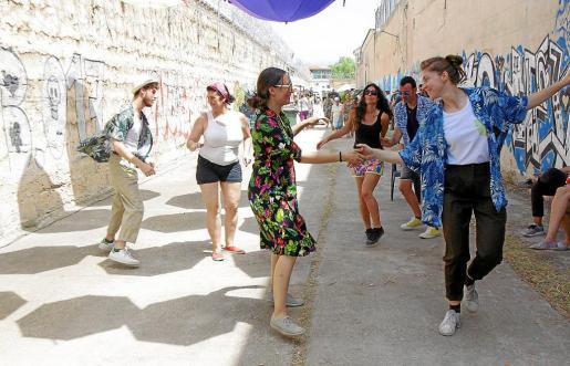 Los ritmos de swing animaron a bailar al público asistente a la jornada lúdica en la antigua cárcel de Palma.