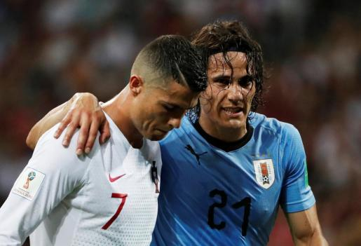 Edinson Cavani (derecha) consuela al portugués Cristiano Ronaldo.
