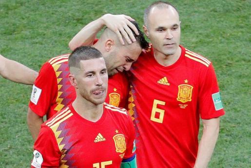 Sergio Ramos, abatido al final de la tanda de penaltis. Detrás, Iniesta consuela a Jordi Alba.