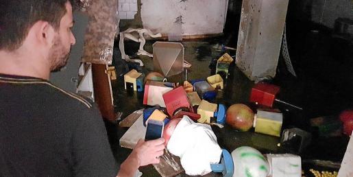Los bajos de muchos edificios de Son Gotleu se inundan de aguas residuales.