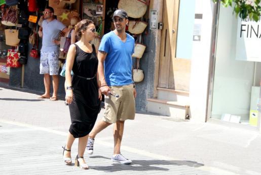 La cantante Chenoa y Javier Arpa, paseando por Palma, en una imagen de archivo.