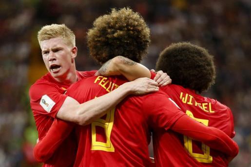 De Bruyne, Fellaini y Witsel celebran uno de los goles del partido.